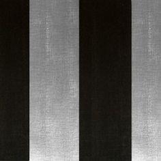Diseño basado en líneas rectas anchas negro y plata en este papel pintado de la colección Rayas de Parati.