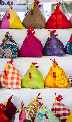 colorful chickens, door stops Hobbies And Crafts, Crafts To Make, Arts And Crafts, Diy Crafts, Fabric Crafts, Sewing Crafts, Craft Projects, Sewing Projects, Sewing Tutorials