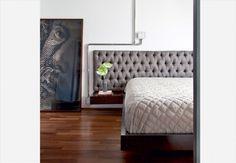 O quarto tem cama de laca com criados-mudos acoplados e cabeceira de camurça com capitonê. As instalações elétricas ficam em tubo de inox polido. Reforma do Superlimão  Maíra Acayaba / Casa e Jardim
