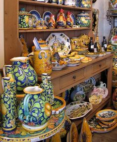 Italian pottery is definitely going to be my downfall. the masks I can fight, but this pottery is gorgeous ! oooooh !