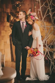 Are you a bride that rocks? If you are, if you are ready for experiments and want to distinguish yourself from the crowd, you'll love this wedding shoot. Indoor Wedding Photos, Altar, Sister Wedding, Forest Wedding, Bridesmaid Dresses, Wedding Dresses, Wedding Shoot, Color Pop, Flower Arrangements