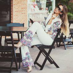 Conjunto blazer feminino branco e calça alfaiataria com estampa étnica no look do dia do blog de moda Decor e Salto Alto