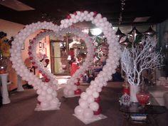 Beautiful balloon arch. Heart shape balloon arch. Outdoors Soft pink Wedding Arco de globos en forma de corazon Boda celebracion
