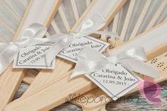 Uczestnicy przyjęcia z pewnością ucieszą się na widok spersonalizowanych upominków w postaci eleganckich wachlarzy z imionami Młodej Pary i datą uroczystości. To nie tylko piękna ozdoba weselnego stołu, ale też wspaniała pamiątka z ceremonii zawarcia związku małżeńskiego. Gift Wrapping, Tableware, Gifts, Gift Wrapping Paper, Dinnerware, Presents, Dishes, Gifs, Gift Packaging
