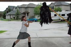 Termina la fiesta haciendo que tus invitados tomen turnos para golpear la piñata casera de dementor.   31 Formas de organizar la mejor fiesta de cumpleaños con tema de Harry Potter