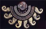 Pectoral de cobre, oro, plata que forman unos tentáculos de pulpo. Representación del Dios Aia apaec  http://www.go2peru.com/spa/guia_viajes/chiclayo/foto_tumbas_sipan_1.htm