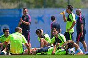 (LR) Luis Suárez, Javier Mascherano, Neymar, Lionel Messi y Gerard Piqué del FC Barcelona tienen un descanso después de una sesión de entrenamiento durante una abierta Día FC Barcelona Media por delante de su de la UEFA Champions League ante la Juventus el 2 de junio de 2015, de Barcelona, , España.