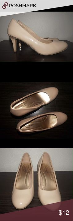 Nude Round Toe Patent Leather Heels Size 8 Nude round toe patent leather heels/pumps. 2.5 inch heels. Padded insoles, super comfortable. Worn once. Shoes Heels