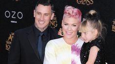 Sängerin Pink zusammen mit Ehemann Carey Hart und Töchterchen Willow. (Quelle: imago/Zuma Press)
