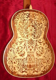 Guitarra decorada en marqueteri