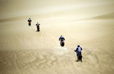 Các tay đua tranh tài ở ngày thi đấu đầu tiên của giải đua xe đường trường Dakar Rally 2013 từ Lima đi Pisco, Peru, 05/01/2013.