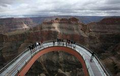 Com chão de vidro, passarela Skywalk, no Grand Canyon, é opção de mirante