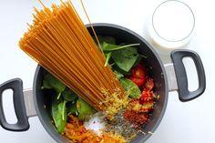 One pot pasta med chorizo, tomater, hvidløg og spinat - Anna Mad Chorizo, One Pot Pasta, Skinny Recipes, Grill Pan, Mozzarella, Parmesan, Pesto, Love Food, Broccoli