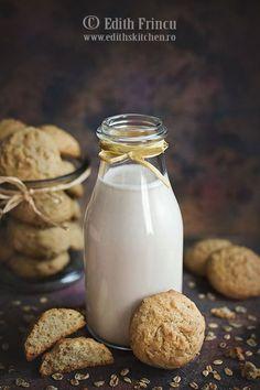 Lapte de ovaz- Suntem in post, asa ca laptele vegetal este o idee mereu la indemana, este sanatos si plin de nutrienti. Probabil ati auzit de lapte de migdale, lapte de c Vegan Recipes, Food And Drink, Cheese, Drinks, Cooking, Desserts, Unt, White White, Dessert Ideas