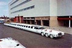 Jay Ohrberg, criador de alguns dos carros mais icônicos de Hollywood, resolveu criar uma limusine de 30 metros de comprimento, com dois motores V8, 26 rodas, 75 lugares, uma piscina e um heliponto! | 10 recordes mundiais insanos (e alguns estranhos) envolvendo carros