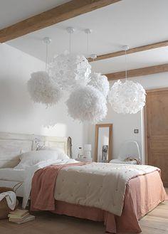 Les luminaires aussi succombent à la tentation de l'accumulation ! Ici avec des suspensions légères, posées à des hauteurs différentes, pour créer un effet romantique et ludique. Notre conseil : utilisez des ampoules de faible intensité.