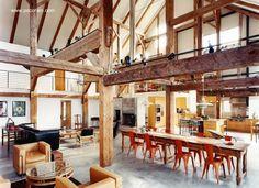 Barn House in NY - Vista en perspectiva del amplio espacio único interior, la vieja estructura de madera de un granero fue reciclada con ayuda de una superestructura de acero que asegura estabilidad.