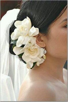 Lovely addition of white roses to her wedding hairstyle, pretty.
