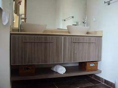 Mueble de baño doble color humo mesón en mármol crema marfil.