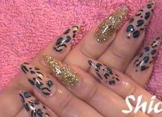 Uñas nude con dorado y leopardo