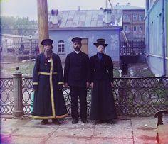 IlPost - A.P. Kalganov con il figlio e la nipote a Zlatoust, negli Urali, 1910. (Prokudin-Gorskii / Library of Congress) - A.P. Kalganov con il figlio e la nipote a Zlatoust, negli Urali, 1910. (Prokudin-Gorskii / Library of Congress)