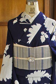 紺色の地に凛とした白で染め出されたデイジーのような雛菊のようなお花のシルエットが美しい注染レトロ浴衣です。