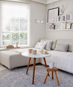Un sofá chaiselongue sin respaldo, para aprovechar el espacio que hay bajo la ventana.