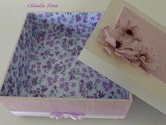 Caixa em MDF 20x20 com acabamento no interior com papel de scrap. Por fora fita, pérolas e flores.
