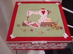 Olhem que linda esta Caixa feita com Tecidos Estilotex, por Lia Toledo para Confraria da Arte Saccardi.