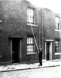 En Angleterre et en Irlande, avant l'invention du réveil-matin, des hommes étaient payés pour réveiller les gens ainsi.
