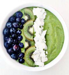 Smoothie Bowl: le nouveau petit déjeuner healthy. Smoothie bowl aux myrtilles, kiwi et noix de coco. Cosmopolitan.fr