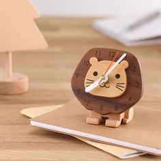 The king of the beasts, the ferocious lion, transfers to a cute clock to remind you the importance of time. Small Wood Projects, Cnc Projects, Easy Woodworking Projects, Woodworking Plans, Cute Clock, Diy Clock, Clock Shop, Ideias Diy, Wooden Clock