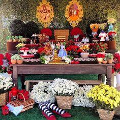 Detalhes foi o que não faltou nessa festa linda e colorida com o Tema Mágico de Oz. Muitos doces, flores e guloseimas encheram a mesa e os o...
