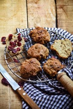 Kesar pista cake (saffron pistachio whole wheat cake) Bourbon Biscuit Recipes, Bourbon Biscuits, Cream Biscuits, No Bake Snacks, Quick Snacks, Banana Recipes, Brownie Recipes, Banana Brownies, Cranberry Cake