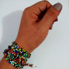 Pulsera mostacillas Materiales: Mostacillas sencillas, cadena pavonada, cuenta de vidrio Valor: $15.000