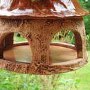 Mit diesem schönen Vogelhäuschen bereitest Du Vögeln und Menschen eine Freude.  Verspielt gestaltetes Futtersilo für Vögel  Dieses Vogelhaus ist ein Muss für alle Vogelliebhaber. Locke Meisen...