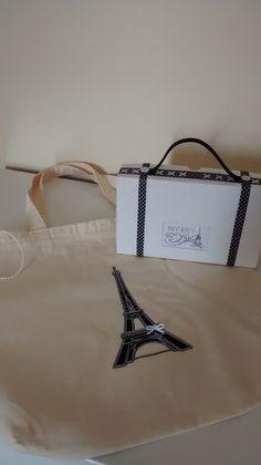 Ecobag em algodão cru no tamanho 37X37cm. O kit lembrancinhas vem com 1 Ecobag embalada na caixinha em formato de mala de viagem. Ótima opção para festa no tema Paris.