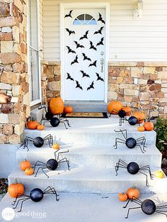 Happy of October! Fall is in full swing and it's time to start thinking about how you want to decorate your front porch for Halloween. Looking for the best Halloween front porch decor ideas? Halloween is just aroundRead Halloween Veranda, Casa Halloween, Halloween Outside, Halloween Scene, Holidays Halloween, Halloween Costumes, Food Costumes, Disneyland Halloween, Halloween Labels