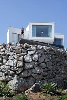 """Construido por Turato Architects en Risika, Croatia con fecha 2014. Imagenes por Sandro Lendler. Un """"gumno"""" (espacio para trillar) es una meseta aplanada circular rodeada por un muro de piedra bajo, utilizado en el..."""