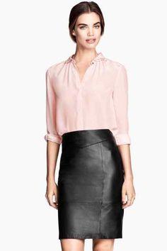Jupe en cuir droite + blouse rose clair HM