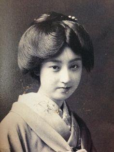 下谷の芸者、さかえ (1918年頃)