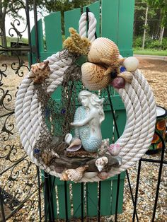 Wreath Home Decor Wall hanging - Dekoration Ideen Coastal Wreath, Nautical Wreath, Seashell Wreath, Coastal Decor, Beach Wreaths, Coastal Colors, Seashell Projects, Driftwood Crafts, Seashell Crafts