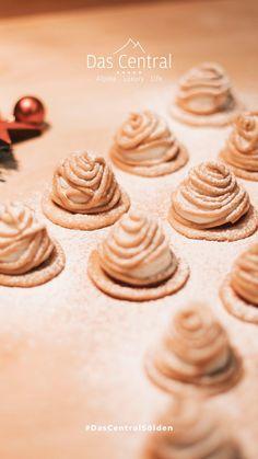 Unser kulinarischer Tipp für süße Momente: leckere Mürbteigkekse mit Erdnuss- & Sahnecreme! Place Card Holders, Cookies, Desserts, Food, Fast Recipes, Christmas Time, Christmas, Crack Crackers, Tailgate Desserts