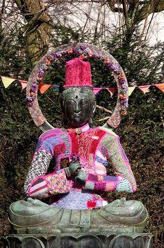 Knitting Statues es un grupo de Flickr que se dedica a recopilar imágenes de estatuas con elementos tejidos. Posiblemente sea una de las vertientes más practicadas del movimiento de ciudades enlana…