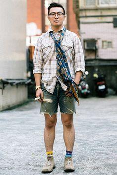 台北 Dongchu, TAIPEI. Warren Chen, civil servant. Vintage Levi's shirt and socks, vintage Casio watch, Classico glasses, Recovery bracelet. 【スライドショー】アジアの街角ファッションスナップ―シンガポール、上海など