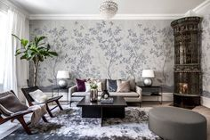 Looking for a living room wall mural? Rebel Walls offers a wide range of stunning premium living room murals. Chinoiserie Wallpaper, Of Wallpaper, Amazing Wallpaper, Home Interior, Luxury Interior, Chinoiserie Elegante, Decoration, Art Decor, Home Decor