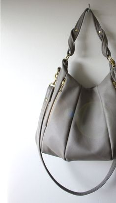 gray leather handbag that needs to make its way into my hands. Cute Work Outfits, New Outfits, Leather Handbags, Grey Handbags, Hermes Handbags, Burberry Handbags, Grey Leather, Pebbled Leather, Fashion And Beauty Tips