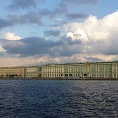 Museu Hermitage Sant Petersburg #saintpetersburg #hermitage #sky #skyline #skylovers #travel #travelling #travellover #igersrussia #igers #instadaily #instagram #picoftheday #nofiter #photooftheday #photography #russia #clody #blue #bluesky #museum by angelsmasviladrosa
