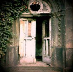 Okay, I admit it. I have a kind of fetish for vintage doors. :)