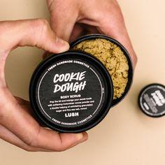 Bist du auch eine Nachkatze? Ab sofort kannst du deine Keksdose auch mit unter die Dusche nehmen, denn Cookie Dough gibt es jetzt exklusiv im Onlineshop als Körperpeeling. Mit beruhigendem Vanille Absolue und Kristallzucker versüßt es dir jede Dusche. 🍪🚿 Lush Fresh, Shops, Handmade Cosmetics, Body Scrub, Baking Ingredients, Cookie Dough, Sweet Tooth, Ab Sofort, Instagram